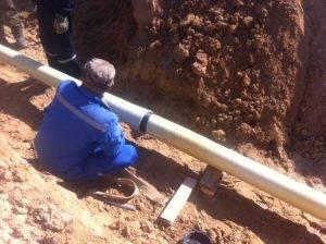Монтаж стеклопластиковых труб для нефтяного коллектора